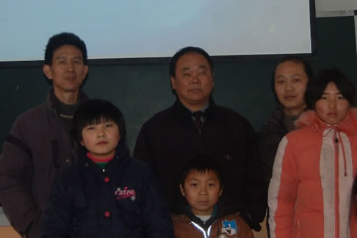 a photo of Baofeng Zhu, Linjin Shi, Wei Zhu, two volunteers and one teacher