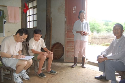 A photo of Zheng Chen, Zheng Chen's families when Professor Yang visits their home.