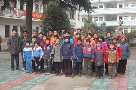 Volunteer Jining Hu and students